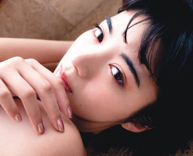 池田依來沙推出首部寫真集 性感造型展現混血女性美